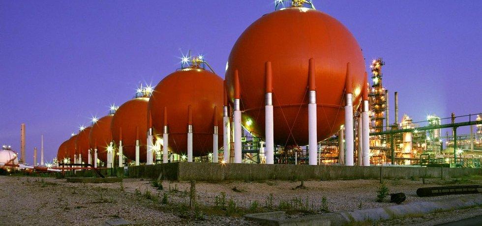 Zásobníky v ropné rafinerii