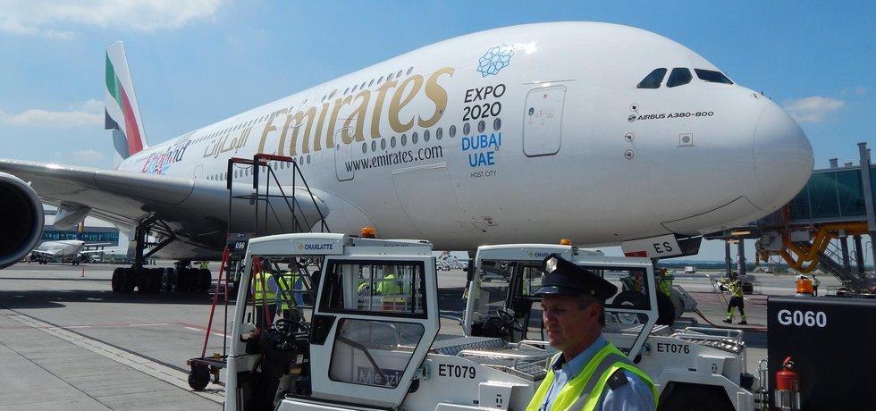 Letadlo Emirates A380 přistává v Praze