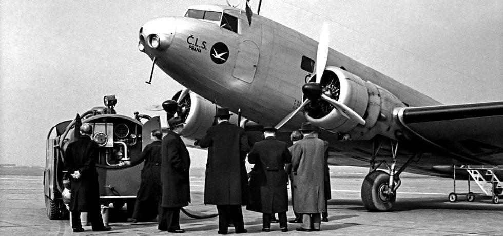 Chlouba. Jako první na ploše nového pražského letiště v Ruzyni přistál 5. dubna 1937 letoun Douglas DC-2 Československé letecké společnosti. Dnes už málo známá zkratka ČLS a logo letícího ptáka patřily k chloubám republiky.