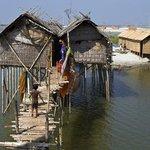 Architektura v Bangladéši se častým záplavám přizpůsobuje.