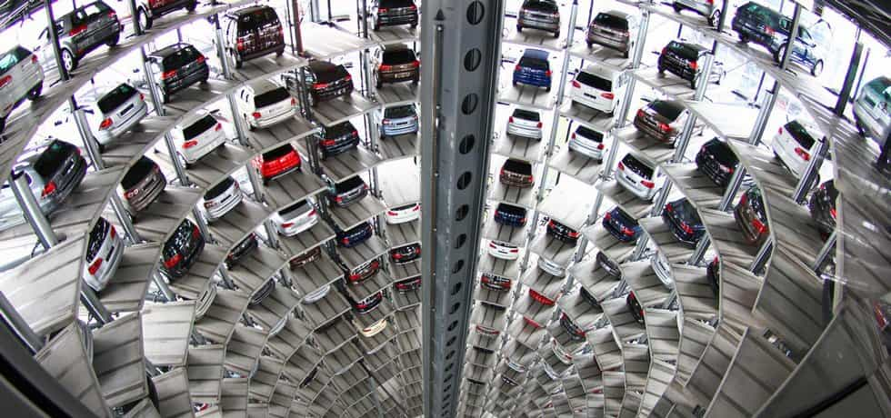 Věž plná Volkswagenů ve Wolfsburgu