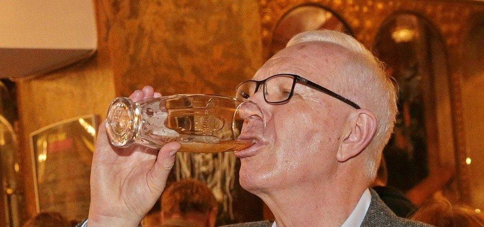 Neúspěšný prezidentský kandidát Jiří Drahoš zapíjí svou prohru, ilustrační foto
