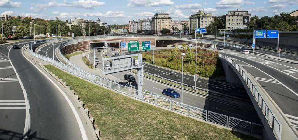 Firma vedla spor s pražským magistrátem o platby za práce na tunelu Blanka. Arbitrážní soud loni v srpnu rozhodl, že Praha firmě požadovaných zhruba 1,7 miliardy korun nemusí zaplatit.