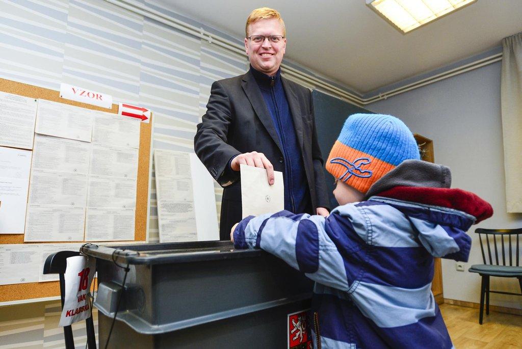Vicepremiér a předseda KDU-ČSL Pavel Bělobrádek volil v Náchodě. K volbám přišel v doprovodu svých dětí.