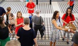 Rozdávání deodorantů ve vídeňském metru