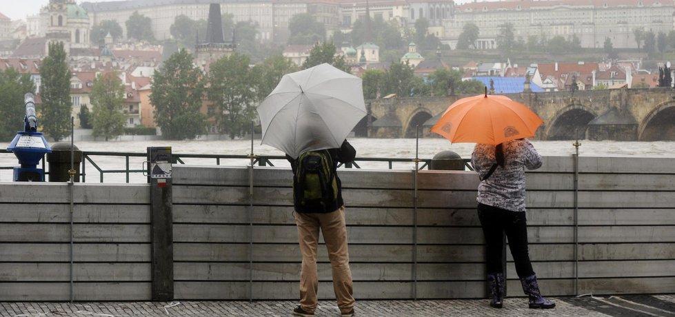 Protipovodňové zábrany na Smetanově nábřeží v Praze při povodni.