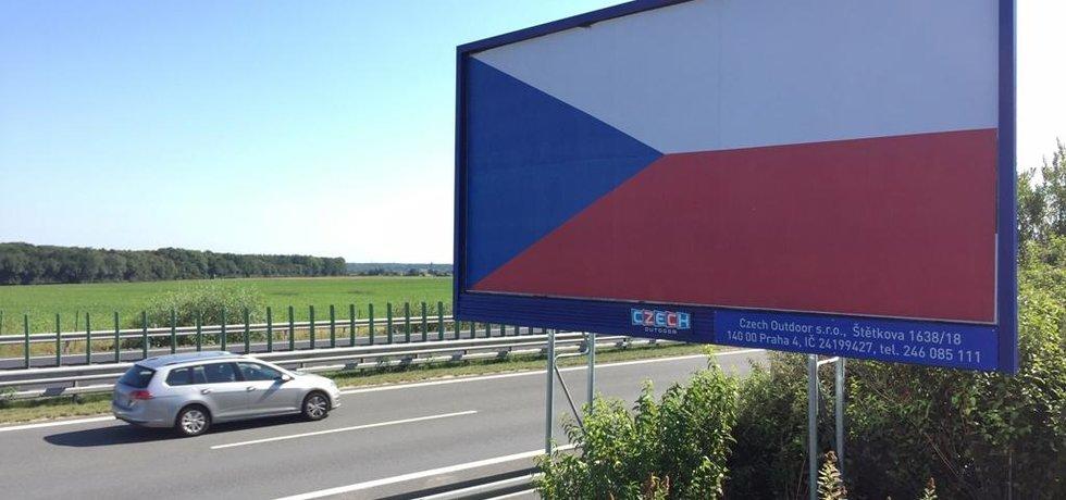 Majitelé billboardů oblepili reklamní plochy u dálnic vlajkami ČR. Chtějí tak upozornit na zákonnou úpravu, která nově zakazuje umísťování reklamních nosičů ve vzdálenosti až 250 metrů od vozovky. Považují ji za nesmyslnou. Billboardy by měly zmizet do začátku září. Snímek byl pořízen 29. srpna na dálnici D11 u obce Velenka na Nymbursku.
