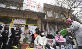 Aktivisté uspořádali před centrem Klinika happening a brání exekutorovi ve vyklizení majetku