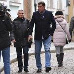 Prezidentův kancléř Vratislav Mynář a místopředseda Strany Práv Občanů (SPO) Martin Nejedlý při příchodu do Zemanova volebního štábu.