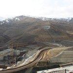 Staveniště Alpaslan. Na první pohled oko potěší zelené travnaté plochy, které působí přívětivěji než kamenité svahy u Karakurtu.