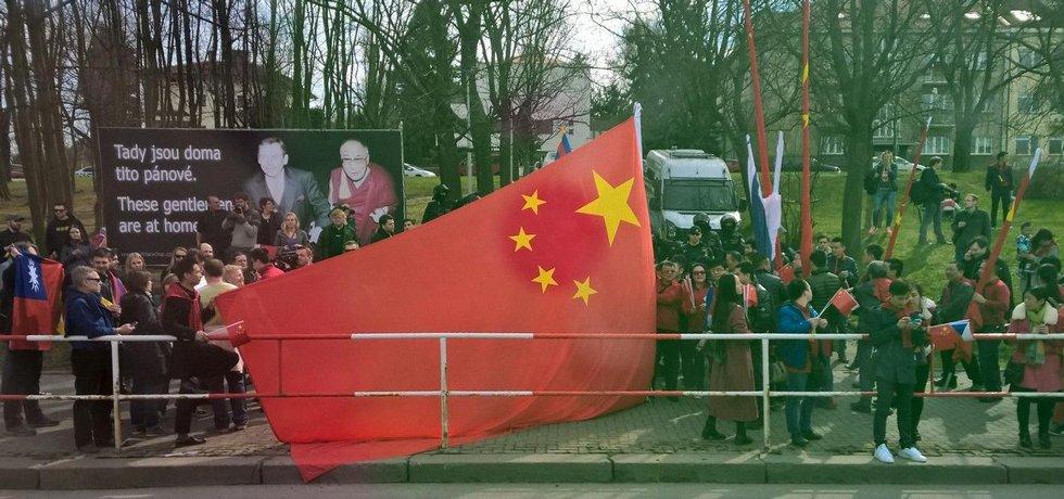 Spolek pro výstavbu sochy Václava Havla umístil 28. března po dobu návštěvy čínského prezidenta v Česku v parku Velvarská u Evropské ulice billboard se společnou fotografií bývalého prezidenta Václava Havla a dalajlamy. Reagoval tak na samotnou návštěvu a také na čínské vlajky a uvítací billboardy pro čínského prezidenta instalované po Praze,