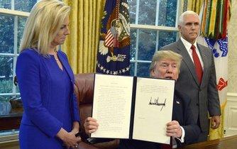 Donald Trump po podpisu dekretu