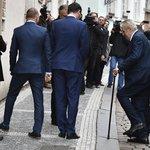 Prezident Zeman při příchodu do volebního štábu