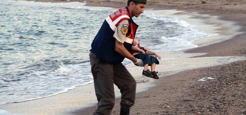 Tělo malého Syřana