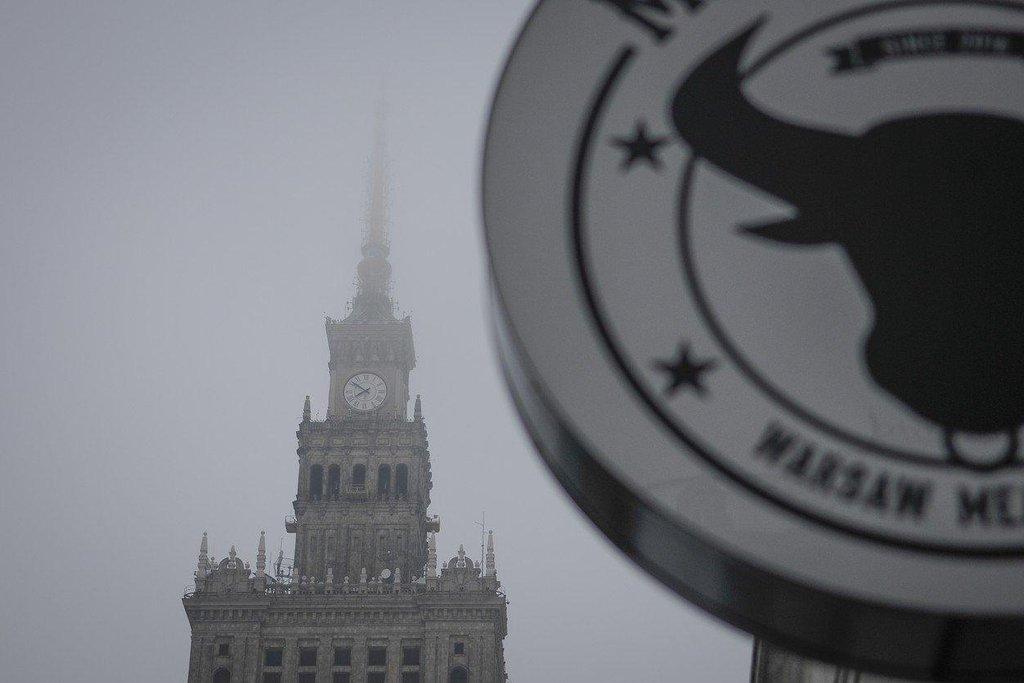 Palác kultury a vědy ve Varšavě zahalen smogem