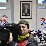 Čekání na Miloše Zemana po sečtení výsledků prvního kola prezidentských voleb.
