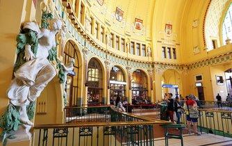 Kavárna v secesních prostorách staré budovy hlavního nádraží