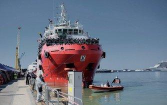Loď Vos Prudence se zachráněnými migranty