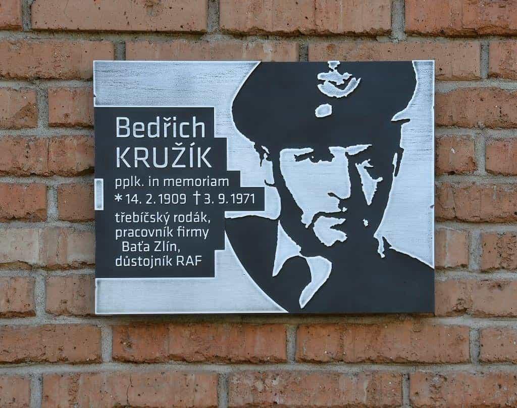 V prostorách někdejší Baťovy továrny v třebíčské části Borovina byla 3. září 2019 odhalena pamětní deska, která připomíná místního rodáka Bedřicha Kružíka. Ve druhé světové válce byl příslušníkem Britského královského letectva (RAF). Po návratu do vlasti ho čekal vykonstruovaný proces a jáchymovské uranové doly.