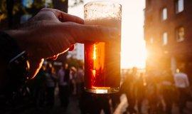 Pivo a slunce, ilustrační foto