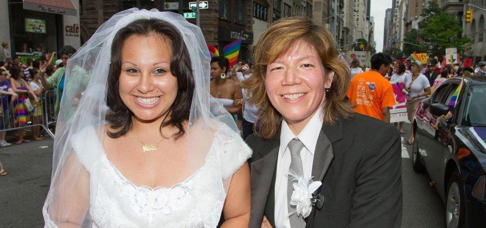 Německo se dnešním rozhodnutím přidává ke dvacítce států, které párům stejného pohlaví umožňují na celostátní úrovni vstupovat do manželství.