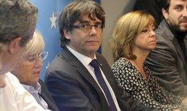 Sesazený katalánský premiér Carles Puigdemont na tiskové konferenci v Bruselu