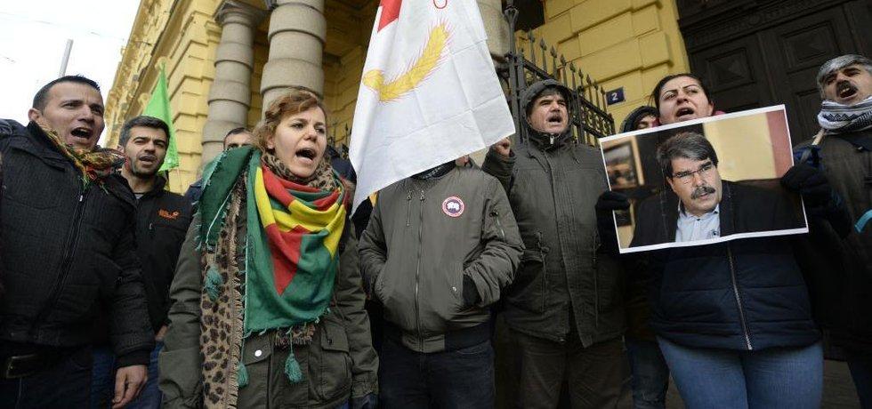 Kurdové demonstrují před městským soudem v Praze na podporu zadrženého Muslima