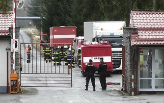 Po sérii dnešních výbuchů v Poličských strojírnách na Svitavsku bojují o život tři lidé, celkem 19 jich bylo zraněno. Na snímku vjezd do areálu společnosti