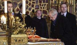 Prezident Miloš Zeman si prohlíží korunovační klenoty