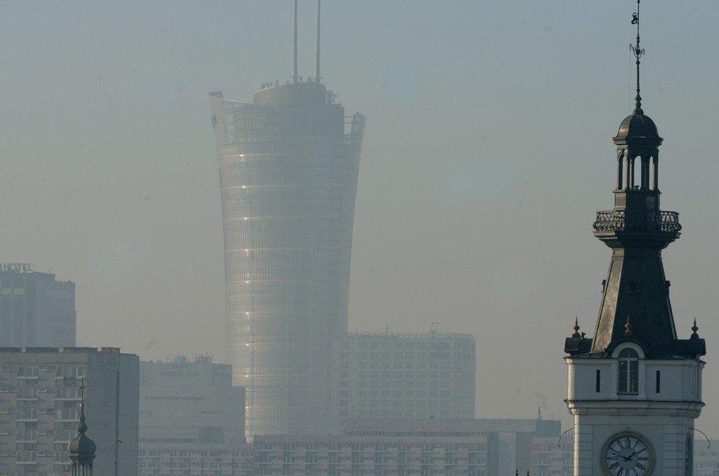 Smogem zahalená Varšava. Miliony lidí v Polsku ještě topí ve starých kotlích.