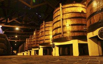 Sudy s portským vínem Ferreira v Portu