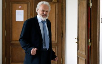 Bývalý hejtman David Rath by kromě žalobce Petra Jiráta (na obrázku) rád žaloval i český stát
