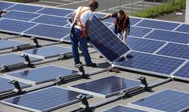 Pokládání fotovoltaických panelů na 16 000 metrech čtverečních střech několika budov v německém Gelesenkirchenu