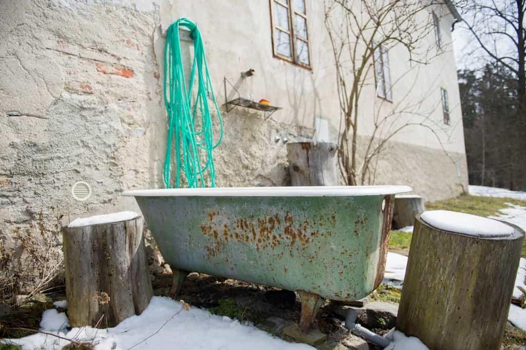 Venkovní koupelna Maryškových, ze zdi teče teplá i studená voda