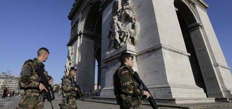 Vojáci hlídkují v Paříži