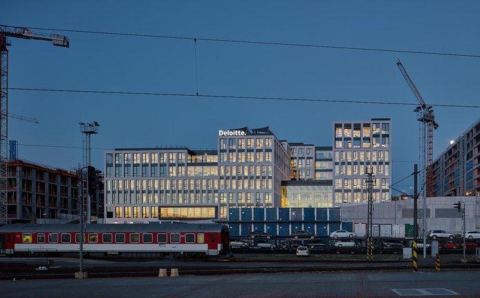 Společnost Deloitte oficiálně změnila adresu. Svou pražskou pobočku nedávno přestěhovala do nových kanceláří v projektu Churchill. Adresa nového sídla je Italská 67, Praha 2. Sedmipatrový kancelářský komplex postavila společnost Penta Real Estate a je zasazen mezi Hlavním nádražím a Vysokou školou ekonomickou.