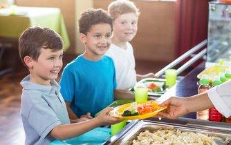 Děti v Praze 10 budou mít brzy na talíři více čerstvých potravin