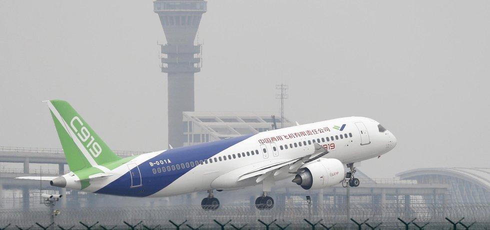 Čínský dopravní letoun C919 dnes úspěšně podnikl svůj první a dlouho odkládaný let.