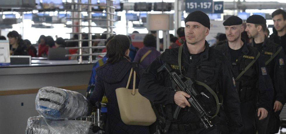 Česká policie zvýšila 22. března po explozích v Bruselu bezpečnostní opatření na mezinárodních letištích v Česku i v pražském metru.