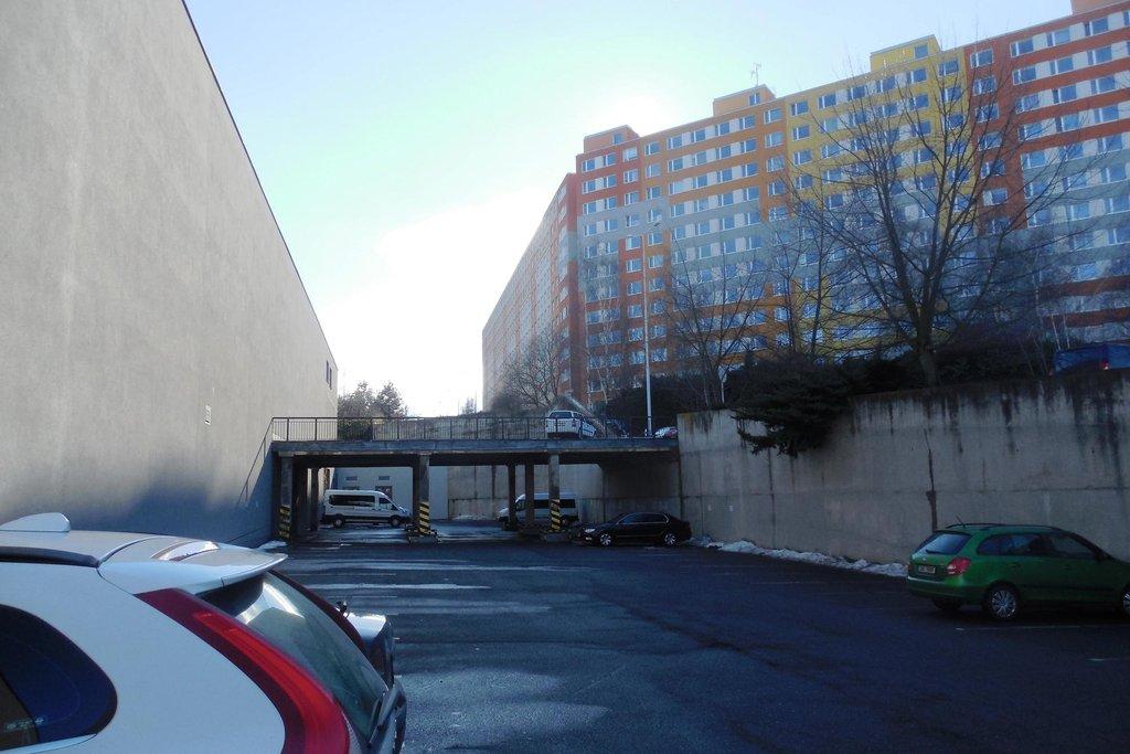 OC Lužiny. Stěna pro projekt Alfa se 140 novými byty a 9 nadzemními podlažími. Kritici tvrdí, že stávající prostor žádnou další výstavbu neunese.