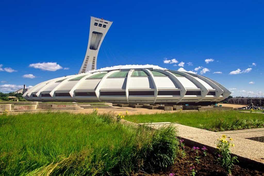 Olympijský stadion v Montrealu, přezdívaný The Big O. Přestože je dodnes udržován a plně funkční, tribuny pro 78 tisíc lidí se zaplní jen sporadicky při velkých koncertech či veletrzích. Kvůli astronomickým nákladům na výstavbu si stadion mezi místními vysloužil přezdívku The Big Owe (Velký dluh).