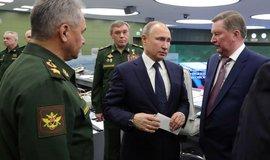 Ruský prezident Vladimir Putin dohlížel na zkoušku spolu s ministrem obrany Sergejem Šojgu (vlevo) a náčelníkem generálního štábu Valerijem Gerasimovem (uprostřed)