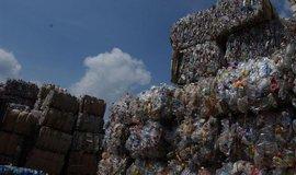 Lidé ročně snědí nejméně 50 tisíc plastových částic. Mikroplasty jsou ve vzduchu, půdě i v oceánech