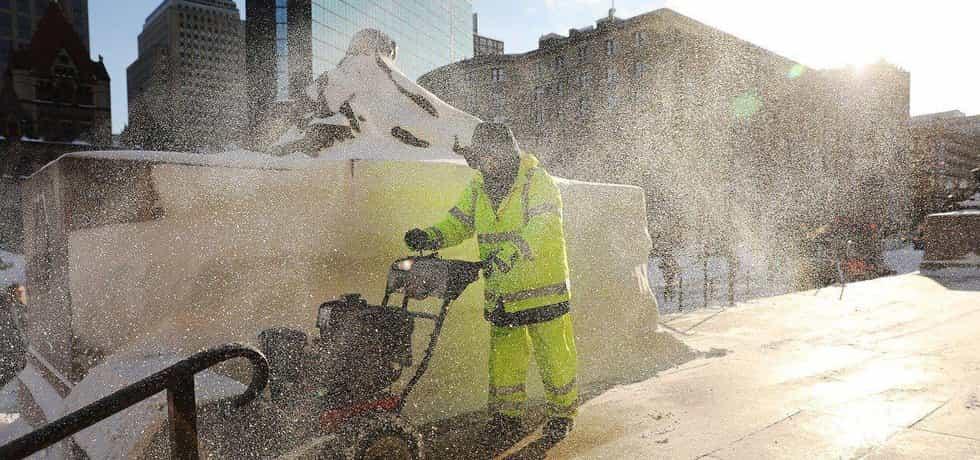 Extrémní mrazy zasáhly východ USA. Na snímku je úklid sněhu v Bostonu