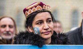 Myslete na příbuzné a važte slova, zastrašuje Čína Ujgury žijící v Evropě