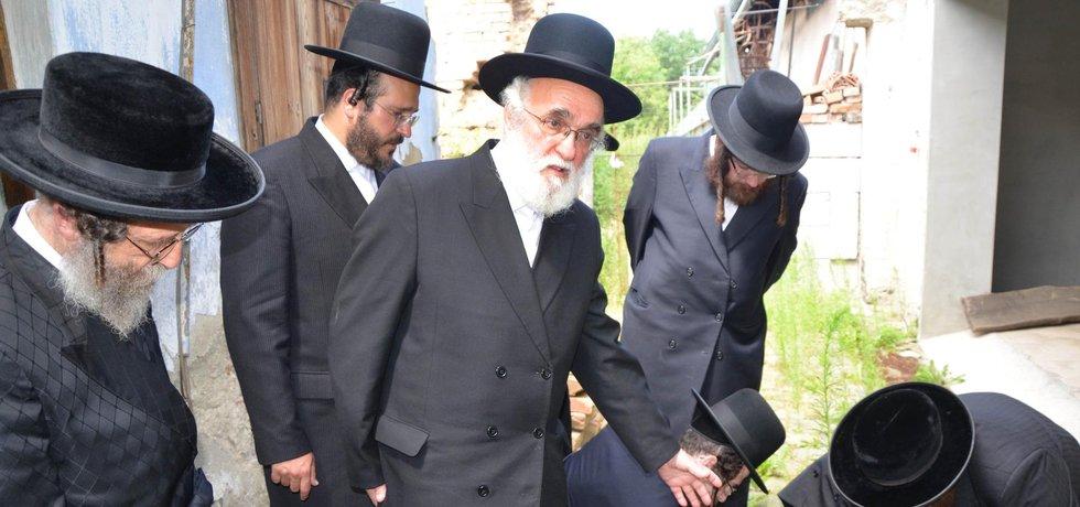 Delegace zahraničních rabínů navštívila 18.7. 2016 Prostějov, aby zde uctila památku prostějovských židů zavražděných za protektorátu