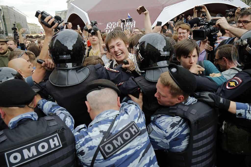 Přetlačovaná. Ruská policie zablokovala protestující na demonstraci v Moskvě