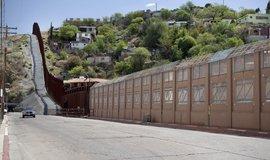 Hranice mezi USA a Mexikem v americkém státě Arizona