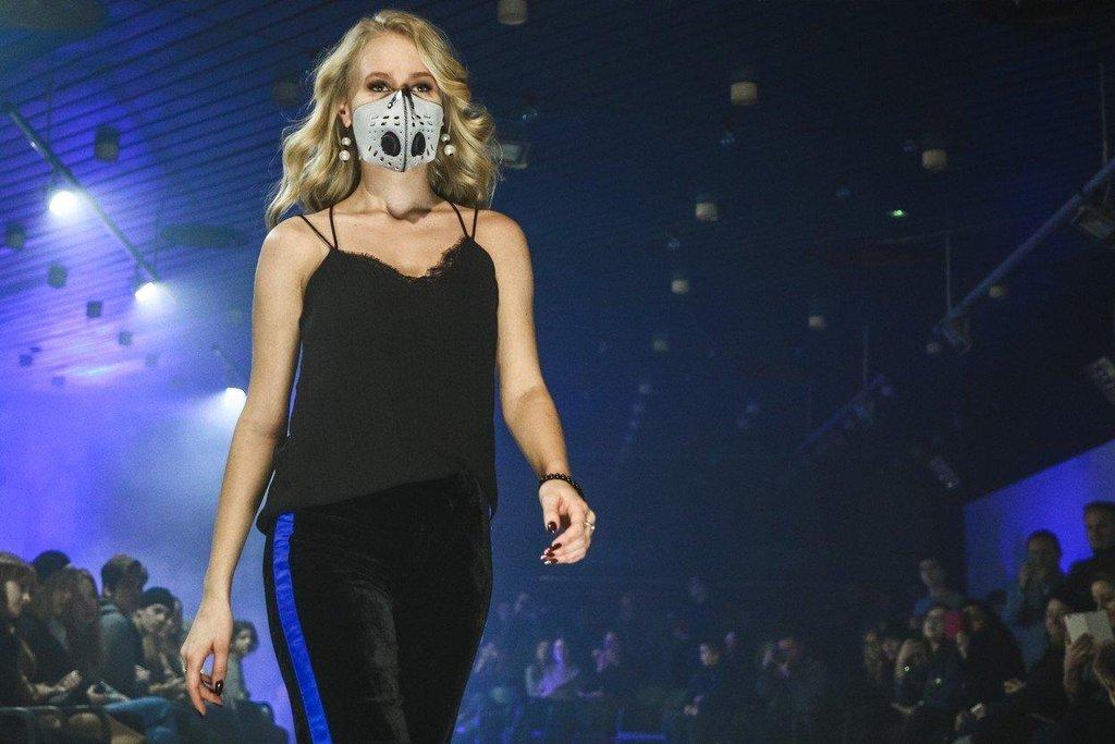 V Polsu získávají na popularitě protismogové roušky všech barev a střihů.