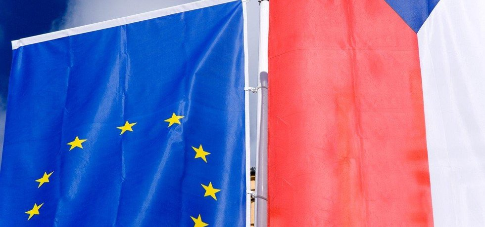 Vlajky EU a ČR, ilustrační foto